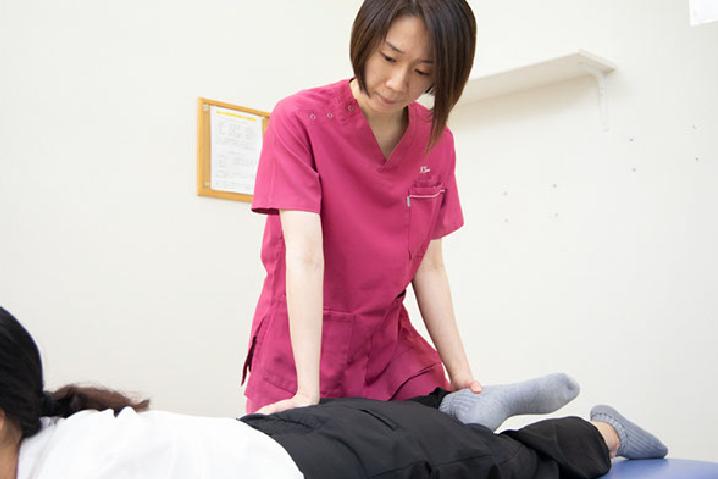 骨盤、肩甲骨(土台部分)、背骨(柱部分)の調整をメインに行います